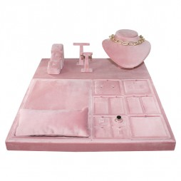 Escaparate de joyería forrado en terciopelo rosa