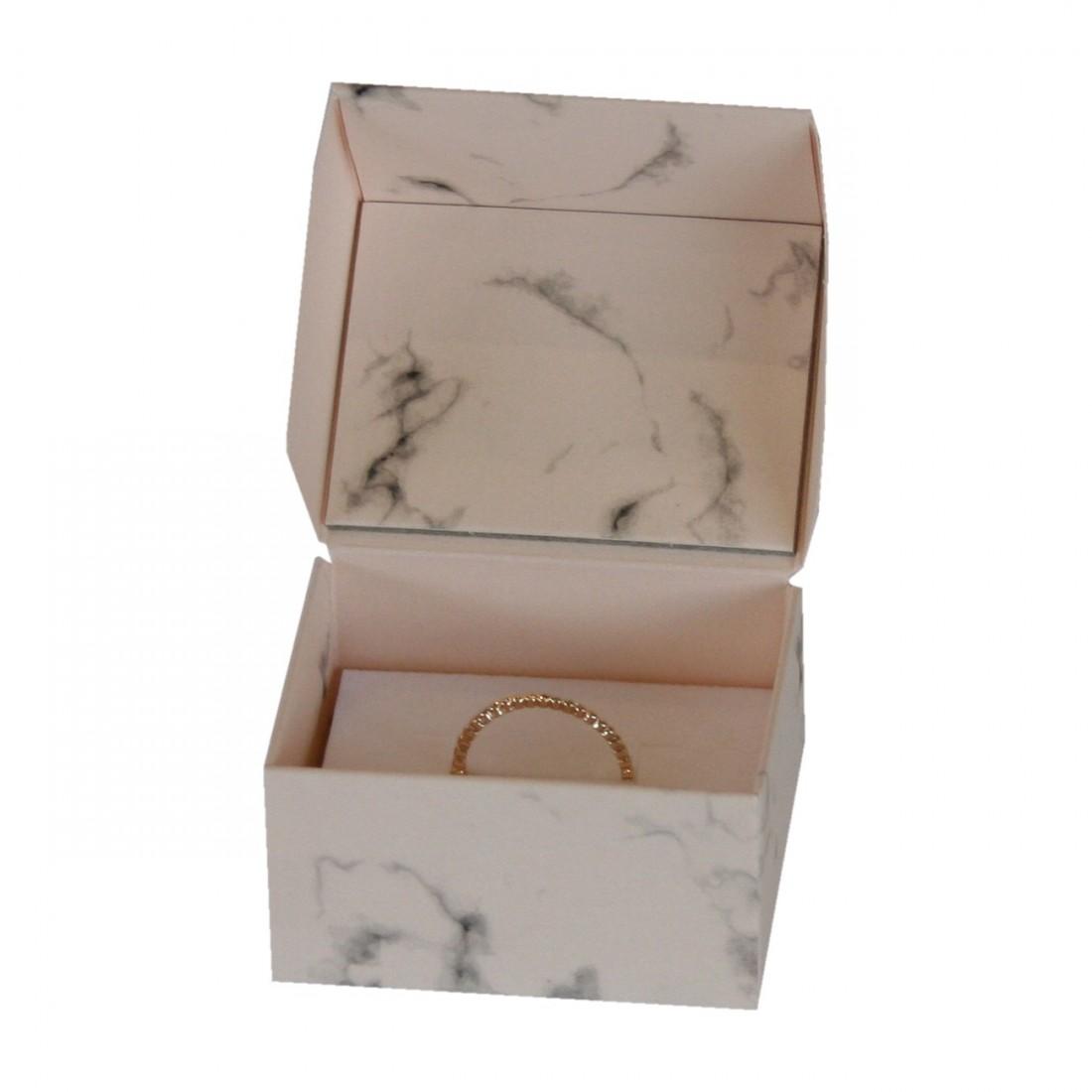 Estuche de joyería de cartón con estampado mármol rosa, para anillo o pendientes.