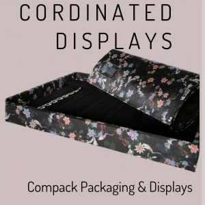 Cordinated products is always a good option for reforce the image of your business. . . #compackpackaging #compackdisplays #bandejasjoyeria #mantasjoyeria #escaparatesjoyeria