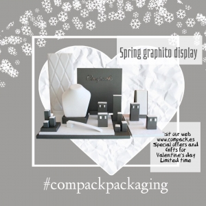 Our Spring Graphito display is elegant, current and  stylish  manufactured with a mixt of  material is perfect for decorate your windows. . . #compackdisplays #compckescaparates #jewelrywindowdisplays #escaparatesjoyeria #sanvalentinescaparates